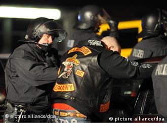 Policija pokušava da se bori protiv bajkera racijama