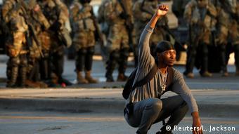 Διαδηλωτής μπροστά στην Εθνοφρουρά