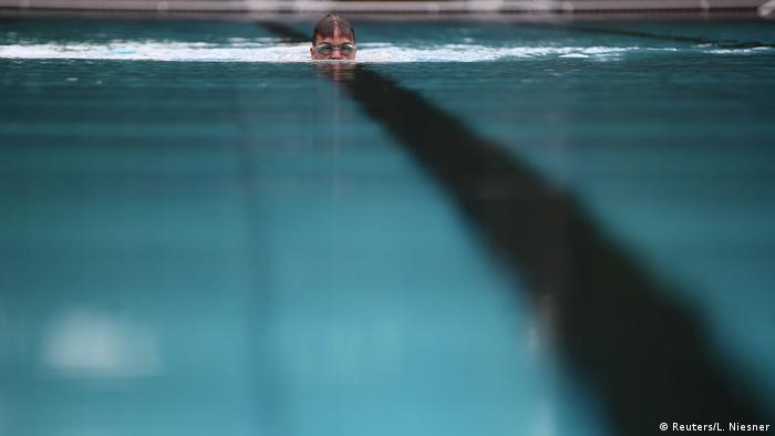 U Beču su od juče (29.5.) otvoreni bazeni. Uzimajući u obzir da se procjenjuje da bi oko dvije trećine stanovnika ovog grada ljeto moglo provesti kod kuće, ovo je dobra vijest. Broj posjetitelja će biti ograničen, a moraće se poštovati i druge higijenske i sigurnosne mjere.