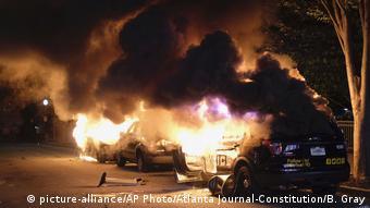 Διαδηλωτές βάζουν φωτιά σε περιπολικά στη Μινεάπολη