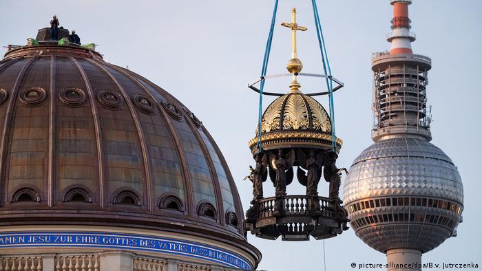 Deutschland Berlin |Humboldt Forum | Kreuz-Anbringung auf Kuppel (picture-alliance/dpa/B.v. Jutrczenka)
