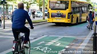 Ποδηλάτες μοιράζονται τον δρόμο με τα αυτοκίνητα
