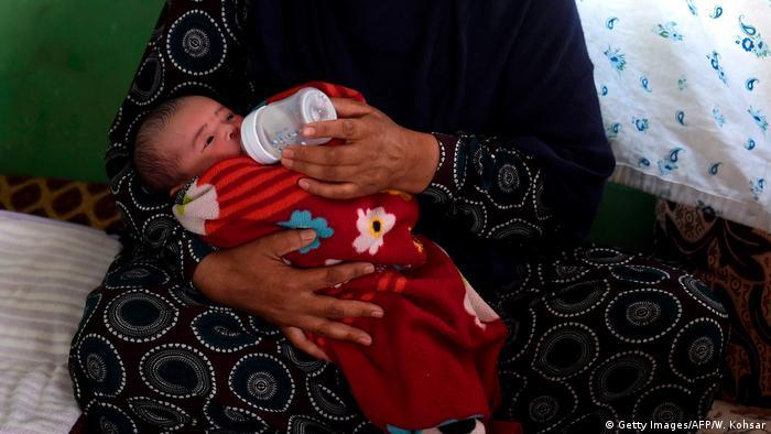 محمد علی نوزادی است که از جنایت مسلحانه در زایشگاه دشت برچی کابل جان به سلامت به در برده است. مادر و پدرش در آن حمله کشته شده اند و حالا سکینه یکی از اقاربش از او نگهداری می کند.