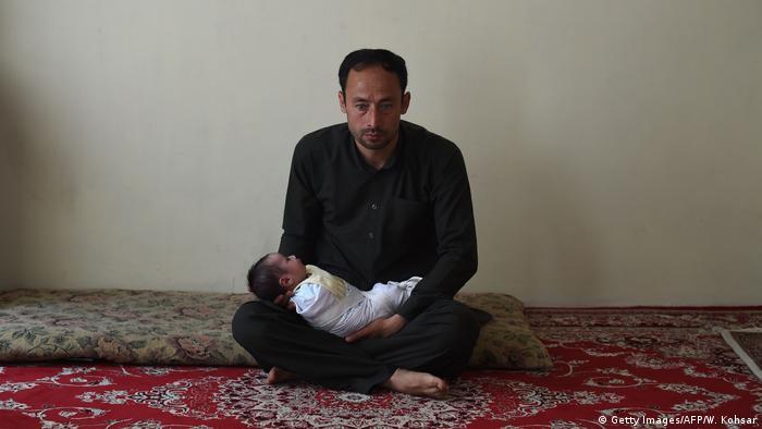اکرم خانمش را در این حمله از دست داد. وی نتوانست صورت خانمش را از روی تشخیص دهد. مریم دخترش را نیز از روی یک اعلان فیس بوکی پیدا کرد که شماره تلفنش و مشخصات خانمش درج شده بود. پولیس مریم را نجات داده و به شفاخانه دیگری برده بود.