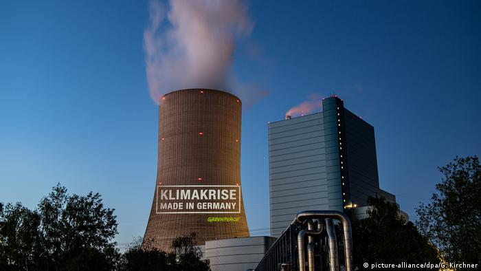 A protest slogan was graffitied on the tower of the plant (picture-alliance/dpa/G. Kirchner)