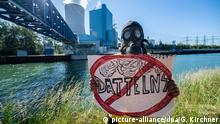 A protester holds a sign at the Datteln coal power plant (picture-alliance/dpa/G. Kirchner)