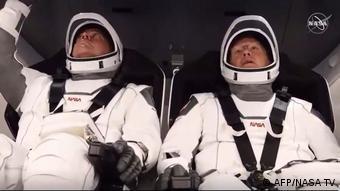Астронавты NASA Роберт Бенкен и Даглас Хёрли на борту Crew Dragon