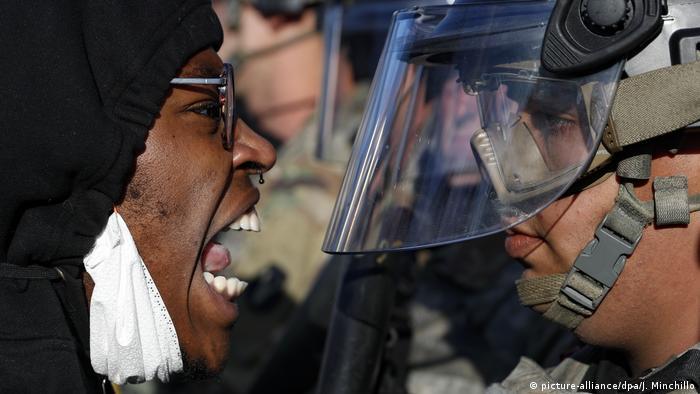 Manifestante encara policial em Minneapolis