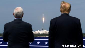 Президент США Дональд Трамп та віцепрезидент Майк Пенс спостерігають за запуском Falcon 9