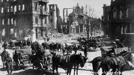 German troops with horses in the destroyed city of Sevastopol in the Crimea, 1942 (picture-alliance/akg-images)