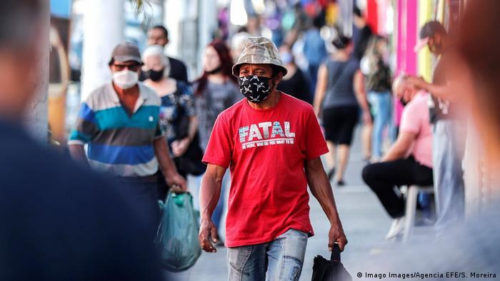 Pessoas de máscara em São Paulo