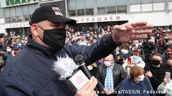 Блогер Сергей Тихановский во время одного из митингов
