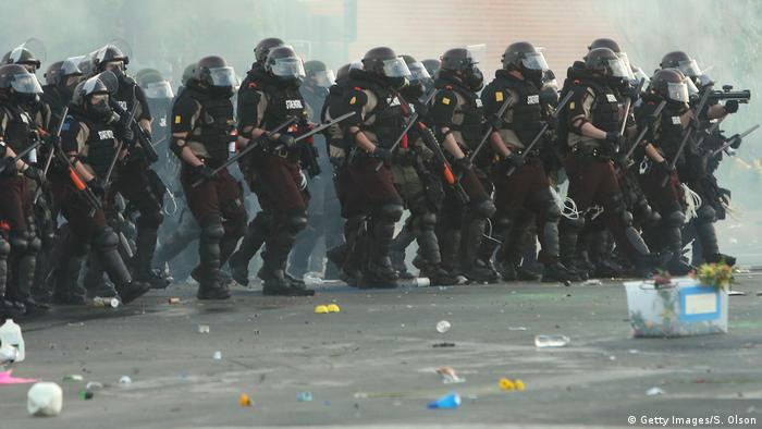 Полиция в Миннеаполисе во время протестов после гибели Джорджа Флойда, 30 мая