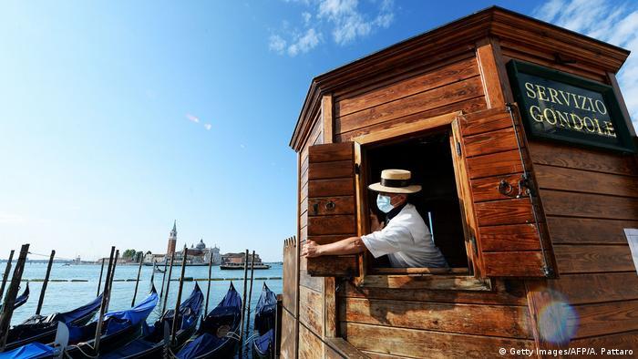 Los italianos estuvieron bajo un estricto confinamiento por más de dos meses. Áreas duramente afectadas, como el turismo, uno de los principales motores económicos del país, enfrentan ahora la difícil tarea de retomar el ritmo. En la foto, un gondolero de Venecia abre su negocio al público en un día soleado, perfecto para un paseo posconfinamiento.