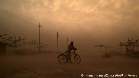 Prajagraj, milionski grad na sjeveroistoku Indije, ovog vikenda je pogođen pješčanim olujama. Ovakve oluje nastaju u suvim područjima, kada snažan vjetar nosi pijesak ili prašinu. Prije dvije godine je u tom dijelu Indije preko stotinu ljudi stradalo u jakoj pješčanoj oluji.