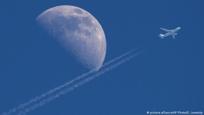 Russland Kirowsk | Mond & China Airlines, Airbus A330 (picture-alliance/AP Photo/D. Lovetsky)