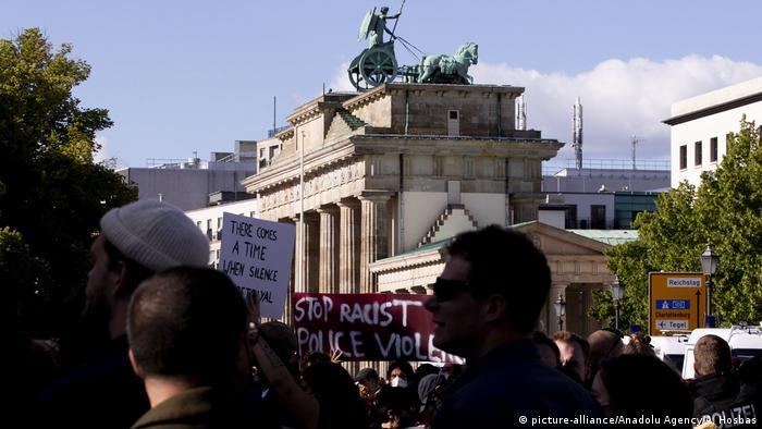 Deutschland Berlin Protest | Tod George Floyd durch Polizeigewalt in Minneapolis, USA (picture-alliance/Anadolu Agency/A. Hosbas)