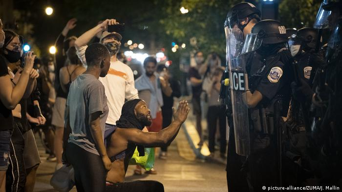 Las protestas fueron principalmente pacíficas el sábado, pero algunas se volvieron violentas. En Washington, la Guardia Nacional se desplegó fuera de la Casa Blanca. Al menos una persona murió en tiroteos en Indianápolis. La policía dijo que no había agentes involucrados. Algunos oficiales fueron heridos en Filadelfia y en Nueva York dos vehículos de la policía se abalanzaron sobre una multitud.