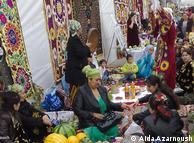 زنان و مردان تاجیکی در غرفههای کوچک، انوان نان و شیرینی محلی، خوراکیهای ویژه عید نوروز و همینطور سفرههای هفتسین و هفتشین را به نمایش میگذارند.