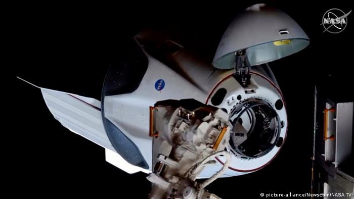 Стыковка Crew Dragon с Международной космической станцией