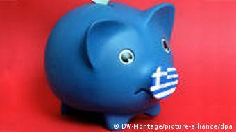 Symbolbild: Trauriges Sparschwein mit griechischer Flagge als Schnauze (Montage: DW, Foto: dpa)