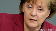 Bundeskanzlerin Angela Merkel (CDU) spricht am Mittwoch (17.03.2010) im Plenarsaal des Bundestages in Berlin zu den Abgeordneten. Merkel hat die Bürger erneut auf einen strikten Sparkurs eingestimmt. Sie stärkte ausdrücklich Finanzminister Schäuble (CDU) den Rücken und kritisierte die bisherigen Ausgabenwünsche der einzelnen Ministerien für das nächste Jahr. In der Generaldebatte des Bundestages über den Haushalt 2010 sprach Merkel am Mittwoch in Berlin von einer «Herkulesaufgabe» und «schwierigen Sparmaßnahme», die bevorstünden. Foto: Rainer Jensen dpa/lbn +++(c) dpa - Bildfunk+++