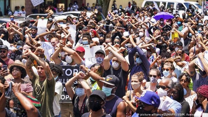 Black Lives Matter (la vida de los negros vale) y no puedo respirar (las últimas palabras de Floyd) fueron las consignas más coreadas. Frente a la Casa Blanca, la policía lanzó gases lacrimógenos para dispersar a manifestantes que desafiaron el toque de queda. La Guardia Nacional fue desplegada en 15 estados. Se dispuso el toque de queda en varias ciudades además de la capital (1.6.2020).