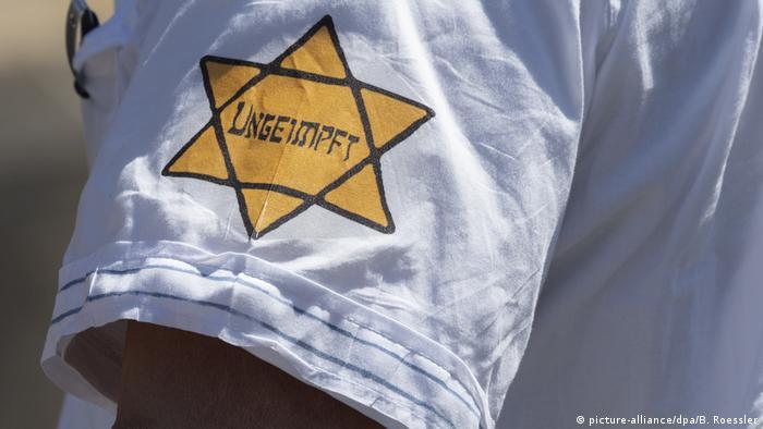 Gwiazda Dawida z napisem nieszczepiony na demonstracji antyszczepionkowców w Niemczech