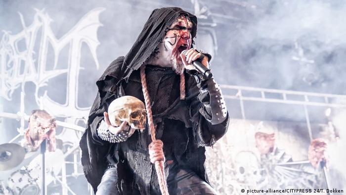 Geschminkter Sänger in schwarzer Kutte und mit Totenkopf in der Hand schreit in ein Mikrofon (picture-alliance/CITYPRESS 24/T. Dokken)