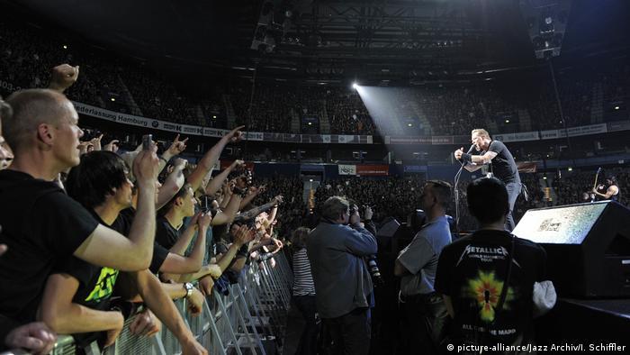 Rocksänger auf der Bühne vor tausenden Fans (picture-alliance/Jazz Archiv/I. Schiffler)