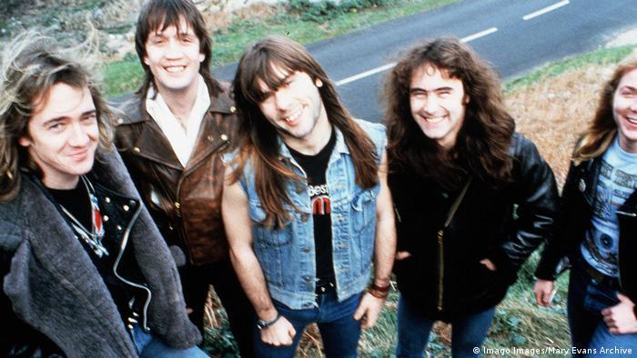 Iron Maiden: Fünf Männer mit langen Haaren lächeln in die Kamera (Imago Images/Mary Evans Archive)