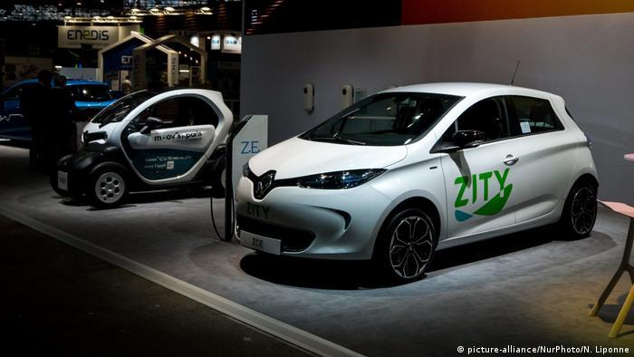 Frankreich Lyon Elektroautos auf Automesse (picture-alliance/NurPhoto/N. Liponne)