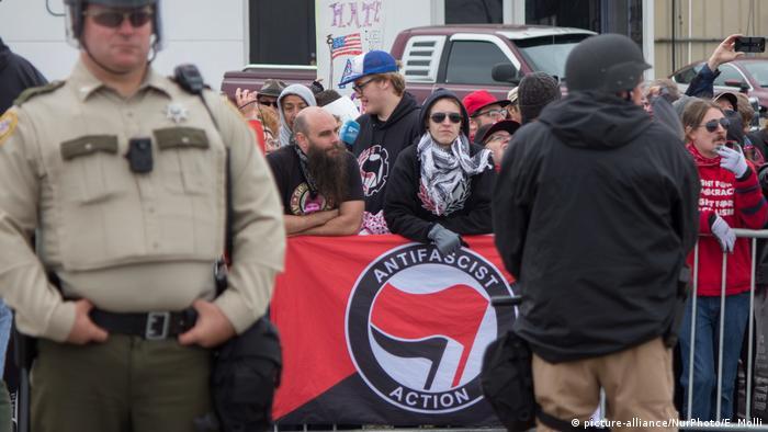 Bandeira antifascista durante protesto contra o racismo nos EUA