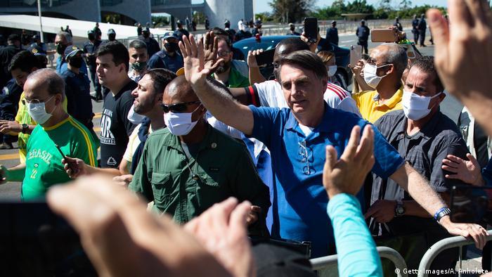 Jair Bolsonaro em meio a apoiadores em Brasília