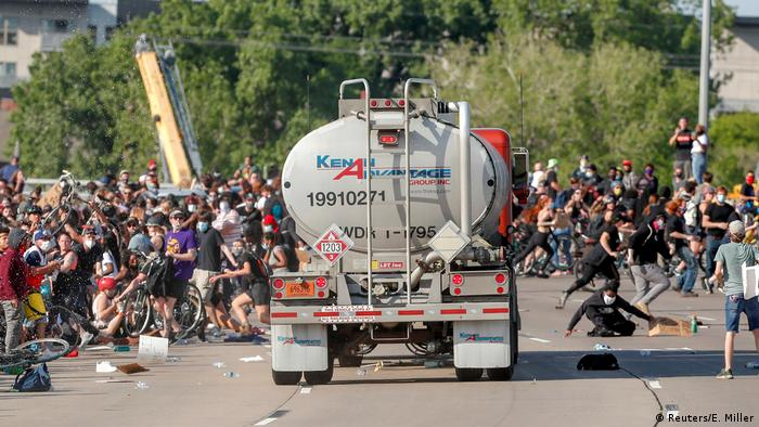 Minneapolis'te bir tanker sürücüsü aracını otobanda protesto için toplananların üzerine doğru sürdü