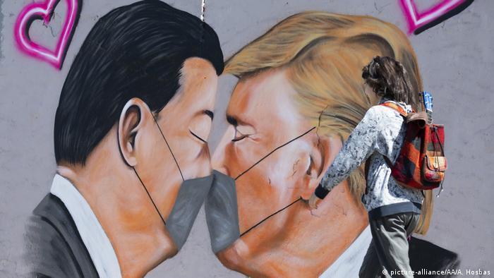 Deutschland Covid-19 Graffiti Trump und Xi in Berlin