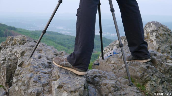 Schuhe vor Stativ, gut verankert auf dem Felsen des Ölbergs (Rheinland)