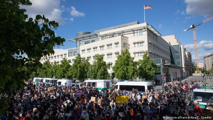 Unjuk rasa tewasnya George Floyd di depan Kedutaan AS di Berlin, Jerman