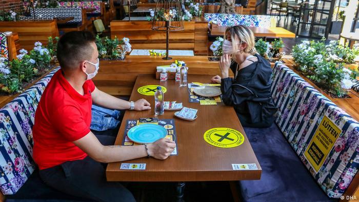 Kafe, restoran gibi mekanlar riskin düşük olduğu illerde gündüz saatlerinde belirli kurallara uyarak hizmet verebilecek