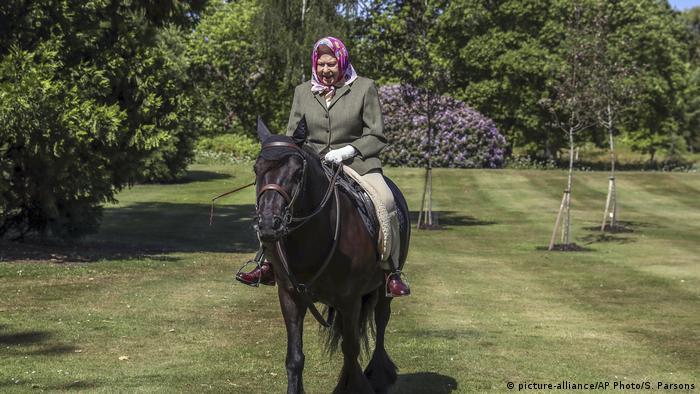 ملکه الیزابت دوم سوار بر اسب محبوبش