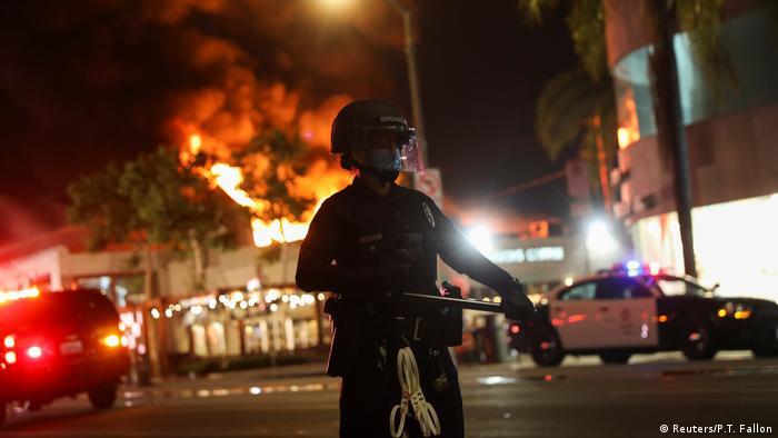 Los Ángeles, Chicago, Miami, Detroit, la capital Washington y otras ciudades de EE. UU. extendieron los toques de queda mientras las protestas empeoraban. El estado de Arizona, en el oeste, decretó toque de queda durante una semana, después de que los manifestantes se enfrentaron con la policía. Alrededor de 5.000 soldados de la Guardia Nacional también se han desplegado en 15 estados del país.