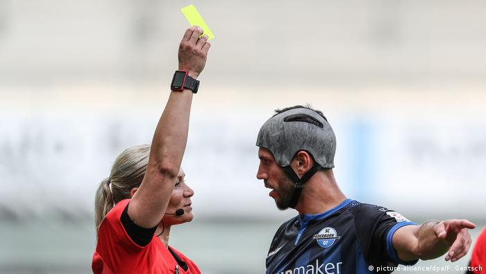 Referee Bibiana Steinhaus shows Klaus Gjasula a yellow card (picture-alliance/dpa/F. Gentsch)