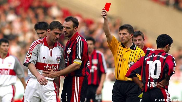Fußball Bundesliga Jose Marcelo Bordon VFB Stuttgart sieht gelb-rote Karte von Schiedsrichter Hermann Albrecht (Imago Images/MIS)