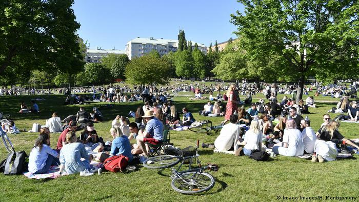 Sweden Stockholm | Coronavirus | People in a park (Imago Images/H. Montgomery)