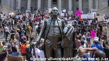 31.05.2020, USA, Columbia: Demonstranten versammeln sich auf den Stufen vom «State House», dem Sitz der Regierung, des US-Bundesstaates South Carolina. Die Demonstration richtet sich nach dem gewaltsamen Tod des Afroamerikaners Floyd durch einen weißen Polizisten gegen Rassismus und Polizeigewalt. Die teils schweren Ausschreitungen in verschiedenen US-Metropolen dauern seit mehreren Tagen an. Foto: Jason Lee/The Sun News/AP/dpa +++ dpa-Bildfunk +++ |