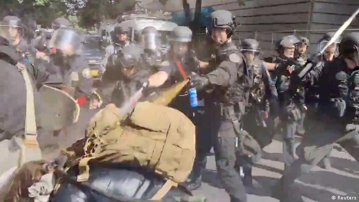 Policiais usam spray de pimenta contra manifestantes em protesto