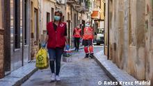 Coronavirus Spanien Alicante Rotes Kreuz bei der Essensverteilung