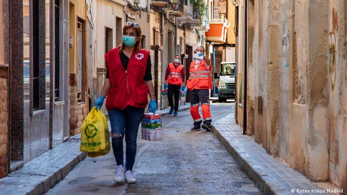 Coronavirus: Mitarbeiter des spanischen Roten Kreuzes bei der Essensverteilung in Alicante