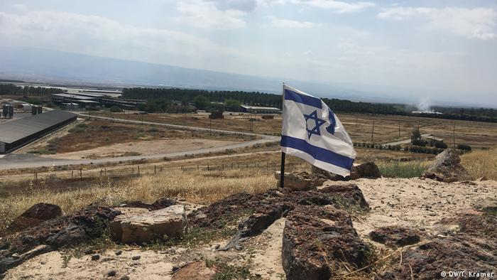 An Israeli flag waving in soil in the Jordan Valley. May 28, 2020. (DW/T. Krämer)