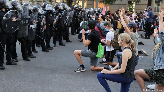 محتجون اما فصيل قوات شرطة في مينيا بولس